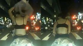 99秒紅燈能幹嘛? 年輕妹當眾換衣服 白皙背部超吸睛(圖/翻攝自爆笑公社臉書)