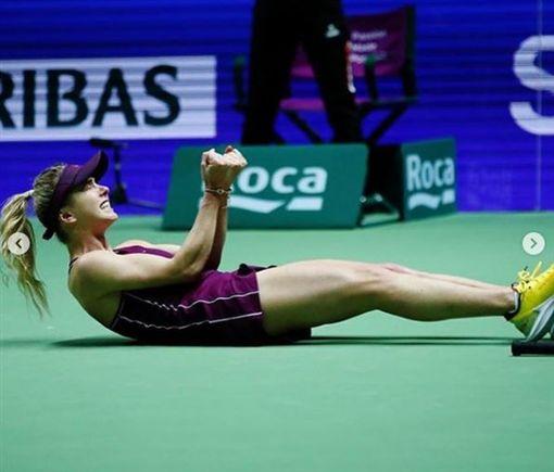 絲薇托莉娜拿下勝利後興奮地躺在球場上。(圖/翻攝自絲薇托莉娜IG)