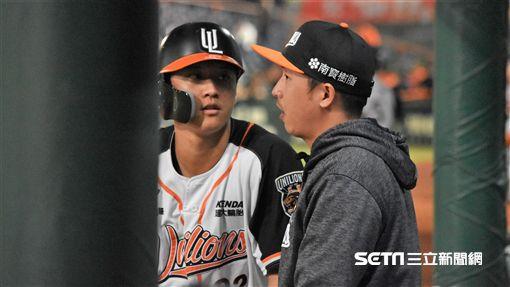 ▲統一獅打擊教練劉育辰(右)向選手面授機宜。(圖/記者王怡翔攝影)