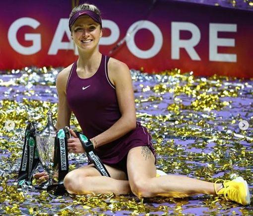 絲薇托莉娜拿下WTA年終賽冠軍盃。(圖/翻攝自絲薇托莉娜 IG)