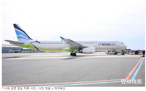 飛機上有蟑螂!釜山航空乘客空中驚魂,嚇到無處逃。(圖/翻攝인사이트網站)