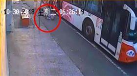 台北,公車,老婦,摔倒。翻攝自爆料公社