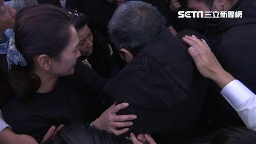 普悠瑪司機尤振仲下跪痛哭 董家女兒緊抱安慰