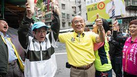 蘇貞昌到板橋新埔市場掃街並受訪,蘇貞昌競選辦公室提供