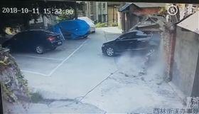 史上「最狂」三寶駕到!車頭撞走路邊車 車尾撞爛整片牆 圖/翻攝自微博