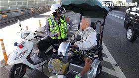 張姓失智老翁駕駛電動自行車誤闖水源快速道路,女警利用公車將他載下橋,再請家人將他接回(翻攝畫面)