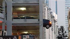 泰國曼谷「The Street」商場停車場,差點發生車子墜落意外!一輛黑色豐田汽車日前停在停車場內,結果被來車撞出圍欄,一半的車身懸在3樓空中,搖搖欲墜。所幸當時車上沒人,沒有造成人員受傷,目前雙方車主將共同協商賠償問題。(圖/翻攝自臉書)