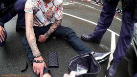 警方在停車場逮捕藏毒男子。(圖/翻攝畫面)