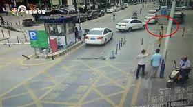 慘!女童過馬路時突然蹲下 直接被汽車碾死(圖/翻攝自深圳交警微博)