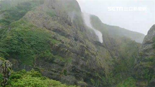 玉兔環流風超狂!蘭嶼水被吹往天上飛(圖/翻攝畫面)