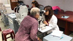關心糖尿病友靈魂之窗 新北建構照護網新北市政府與83家合約眼科院所建構「新北市糖尿病照護網」,糖尿病友只要持醫師開立的轉診單,就可免掛號費到合約眼科做眼底鏡檢查。(衛生局提供)中央社記者黃旭昇新北傳真 107年10月31日
