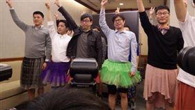 ▲民進黨高雄市長候選人陳其邁2015年曾穿裙裝跳舞反對性暴力。(圖/翻攝自李麗芬臉書)