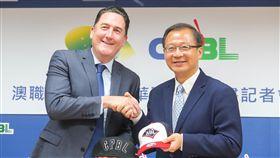 澳洲職棒聯盟執行長維爾(Cam Vale)日前正式向中華職棒會長吳志揚遞交加入中華職棒企劃書,並交換紀念品。(資料照/中央社)