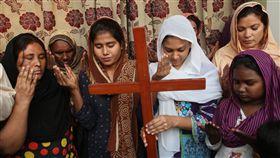 巴基斯坦基督徒正在為畢比(Asia Bibi)祈禱。(圖/美聯社/達志影像)