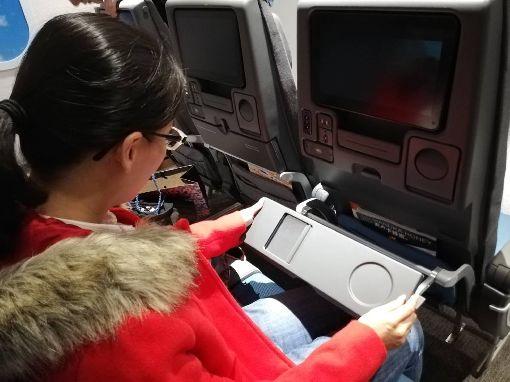 新航787–10機型 經濟艙餐桌藏巧思新加坡航空預計明年1月起將以波音787–10飛機飛台灣,1日在台北展示機艙設備,經濟艙餐桌桌底藏著一面鏡子,只要將餐桌折疊、打開拉門就可使用。中央社記者汪淑芬攝 107年11月1日