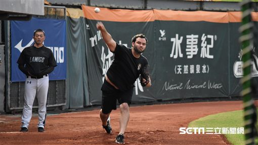 ▲Lamigo投手Michael Nix(尼克斯)進牛棚練投。(圖/記者王怡翔攝影)