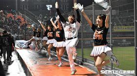 統一獅台南球場熱情球迷與啦啦隊。(圖/記者王怡翔攝影)