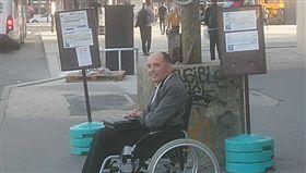 身障男上車沒人讓位 司機清車只載他 (圖/翻攝自François Le Berre臉書)