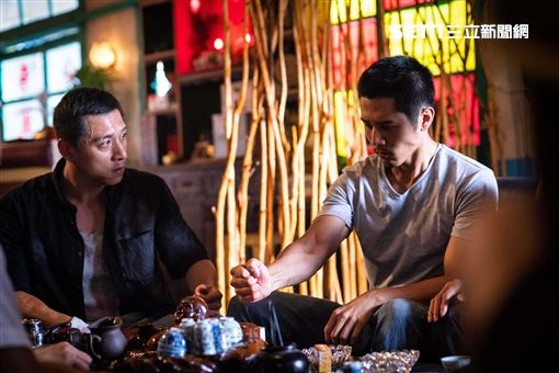 胡宇威(右)、鄭人碩(左)歃血結拜尬演技。(圖/想亮影藝提供)