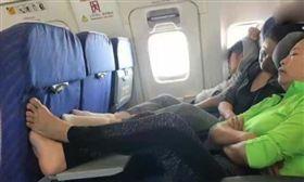陸大媽搭飛機 打赤腳放桌板上/翻攝自影片