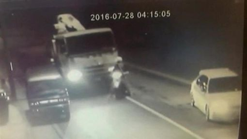 邱文忠,偷車,樹林,車主陳憲斌的雙腿被夾在貨車及機車中間。翻攝畫面