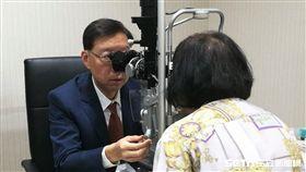 眼科醫師廖士傑替患者進行視力檢查。(圖非新聞當事人/記者楊晴雯攝)