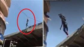 印度孟買發生一起意外事故,一名38歲男子阿什拉夫(Jabbar Javed Ashraf)爬上電線,懸在20公尺高的空中,結果不慎掉落,面對警方的詢問,阿什拉夫一時說不清楚,還稱自己忘記為何要爬上電線。(圖/翻攝自Liveleak)