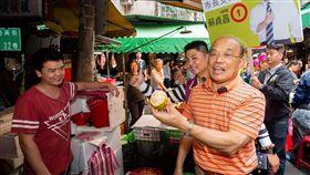 蘇貞昌到樹林三興菜市場掃街拜票,蘇貞昌競選辦公室提供