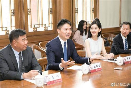 中國大陸京東集團創辦人劉強東/小他19歲的網紅嫩妻「奶茶妹」章澤天。(翻攝微博)