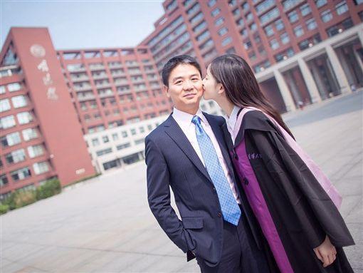 中國大陸京東集團創辦人劉強東/小他19歲的網紅嫩妻「奶茶妹」章澤天。(翻攝微博) ID-1622924