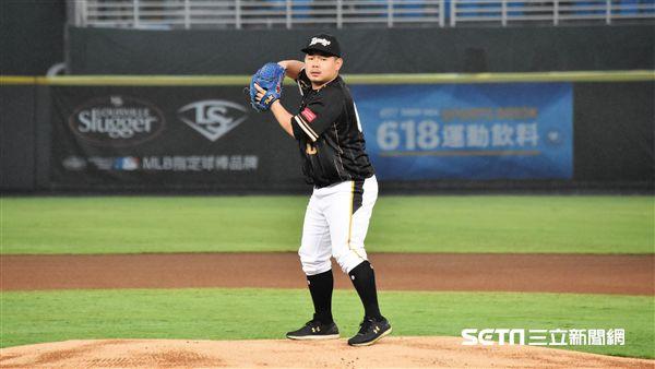 劉時豪和陳禹勳為比賽開球。(圖/記者王怡翔攝影)