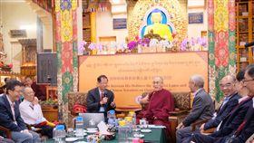 達賴喇嘛與華人科學家對談氣氛愉快達賴喇嘛與華人量子科學家對談1日在輕鬆愉快的氣氛中渡過,達賴對每位科學家的簡報都提出許多問題,同時也透過幽默來詮釋問題,讓與會者開懷大笑。中央社記者康世人達蘭薩拉攝  107年11月1日