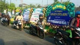 憾…獅航罹難者首位身分確認 印尼騎士「牽車」表示哀悼(圖/翻攝自Bahana Patria臉書)