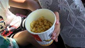 有網友分享麥當勞的玉米濃湯的玉米有7分滿。(圖/翻攝爆怨公社)