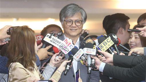 吳萼洋回答媒體提問無黨籍台北市長參選人吳萼洋(中)19日前往台北市選舉委員會進行北市長選舉候選人號次抽籤,抽籤後接受媒體訪問。中央社記者吳家昇攝 107年10月19日