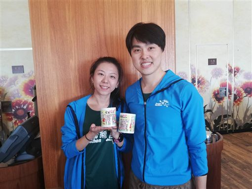 許芳熒(左)與石志偉藉由馬拉松攜手跑向人生新未來。(圖/記者劉忠杰攝影)