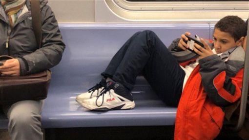 屁孩,佔位,霸佔,家教,地鐵,紐約,小孩,惡人,教訓,讓位 圖/翻攝自推特