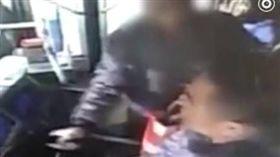 老人搶方向盤險翻車!公車司機「神反應」救全車 圖/翻攝梨視頻