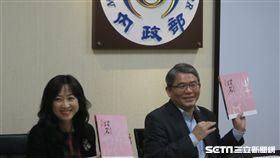 內政部次長花敬群(右)與戶政司長張琬宜(左)5日公布《全國姓名統計分析》。(圖/記者盧素梅攝影)