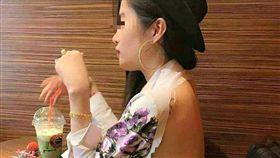 正妹身穿超火辣「強暴衣」。(圖/翻攝自臉書社團「爆廢公社」)