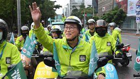 姚文智騎摩托車掃街(2)民進黨台北市長參選人姚文智(前)1日從台北內湖騎電動摩托車到市區,以實際行動體驗政見「首都大環線」,並向路過民眾揮手致意。中央社記者王飛華攝  107年11月1日