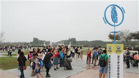 外國寶迷湧台南  觀光效益超乎預期(2)台南市政府與手機遊戲精靈寶可夢(Pokemon GO)合作,於11月1日至5日舉辦Pokemon GO Safari Zone in Tainan活動,主場地台南都會公園每天都有大量人潮。中央社記者楊思瑞攝  107年11月5日