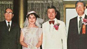 洪文棟與楊麗花結婚時情形,左為謝東閔,證婚人為李登輝。(圖/翻攝自網路)