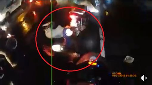 《新竹爆料公社》穿雨衣騎車竟被甩飛 恐怖!網友忍不住尖叫按重看