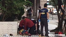 老婦從中崙圖書館墜落後重摔地面,救護人員立刻將她送往國泰醫院救治(翻攝畫面)