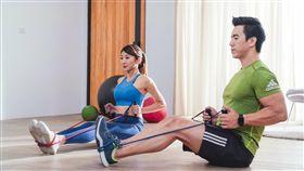 運動不限場所,客廳也可以進行健身。(圖/Red Bull提供)