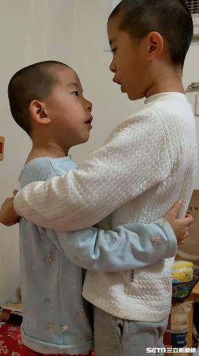 小兄弟吵架被罰「愛的抱抱」唸10字 網笑:還在比大聲!/爆怨公社、簡先生授權
