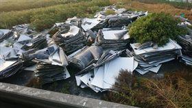 不肖人士偷丟大量廢氣太陽能板。(圖/翻攝自臉書社團「爆怨公社」)