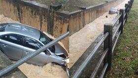 轎車墜大排被沖走。(圖/翻攝Oscar Ooi臉書)