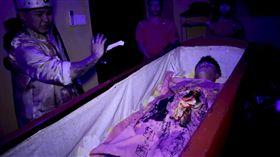 網紅體驗「睡棺材」求改運。(圖/翻攝自Eddie賴語翔粉絲專頁)